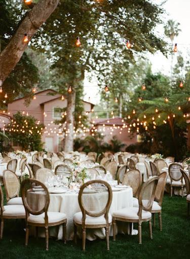 tổ chức tiệc cưới lãng mạn với đèn neon
