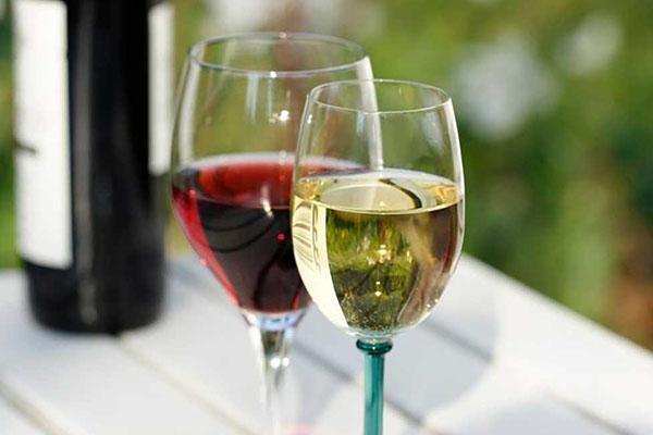 Rượu vang trắng trong tiệc cưới