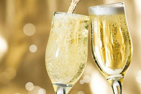 Rượu vang sủi bọt trong tiệc cưới