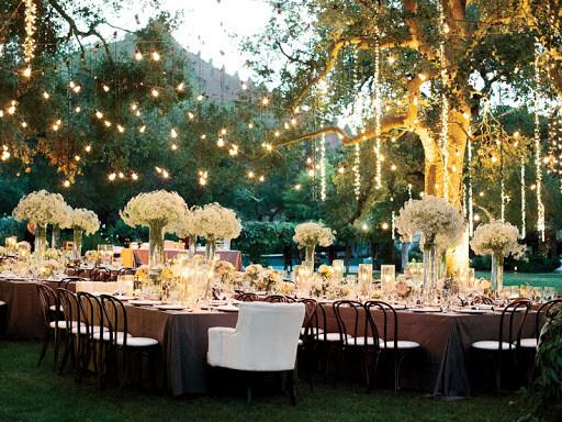 tiệc cưới ngoài trời với ánh đèn